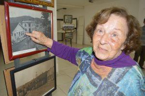 Geralda Pereira Campos Peçanha descobriu em uma foto antiga a entrada da rua onde nasceu