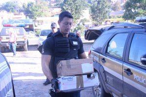 Agente da PC faz o transporte dos documentos recolhidos