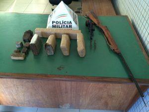 Droga e arma recolhidas pela PM