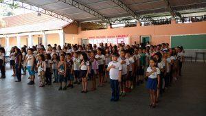 Alunos participam de solenidade para comemorar o aniversário da escola