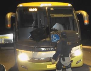 Três tiros acertaram a dianteira do ônibus