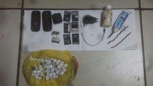 Celular e baterias que estavam com o detento