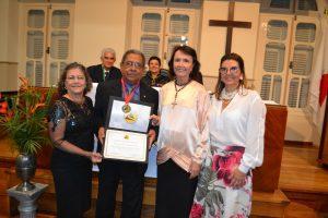 O homenageado com a presidente do IHGM, professora Iris Soriano Nunes Míglio, e as professoras Lígia Maria dos Reis Matos e Cláudia Rihan Martins.
