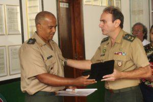 Tenente Marcelo Silva recebe placa de homenagem, das mãos do chefe 12ª Circunscrição de Serviço Militar, tenente-coronel, Alexandre Petrini Leonardo
