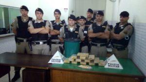 Equipe da PM que realizou a apreensão da droga e prendeu o suspeito