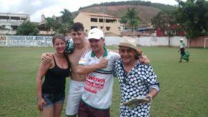 Fabrício, treinador da ASBJ, emocionado após jogo, junto da esposa Juliana, do atleta Luiz Augusto e do torcedor Abatiá