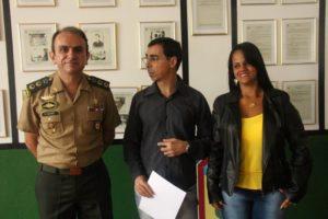 Tenente-coronel Alexandre Petrini fez a entrega de menção honrosa aos secretários Paulo Silas e Ermécia de Jesus