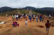 Famílias invadem terreno destinado para construção de creche