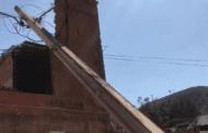 Caminhão bate em poste, que desaba sobre casa